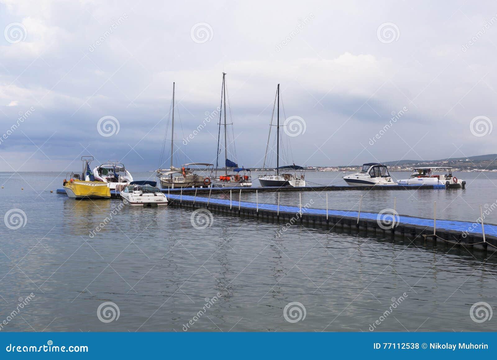 Шлюпки и яхты на плавая пристани в утре раннего лета залива Gelendzhik