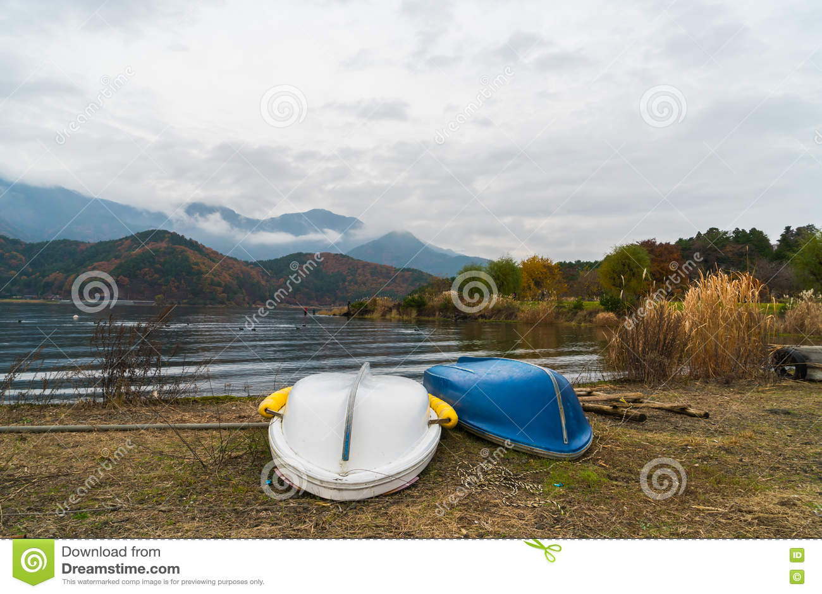 Download Шлюпки на озере Kawaguchiko, Японии Стоковое Фото - изображение насчитывающей ландшафт, раньше: 72293474