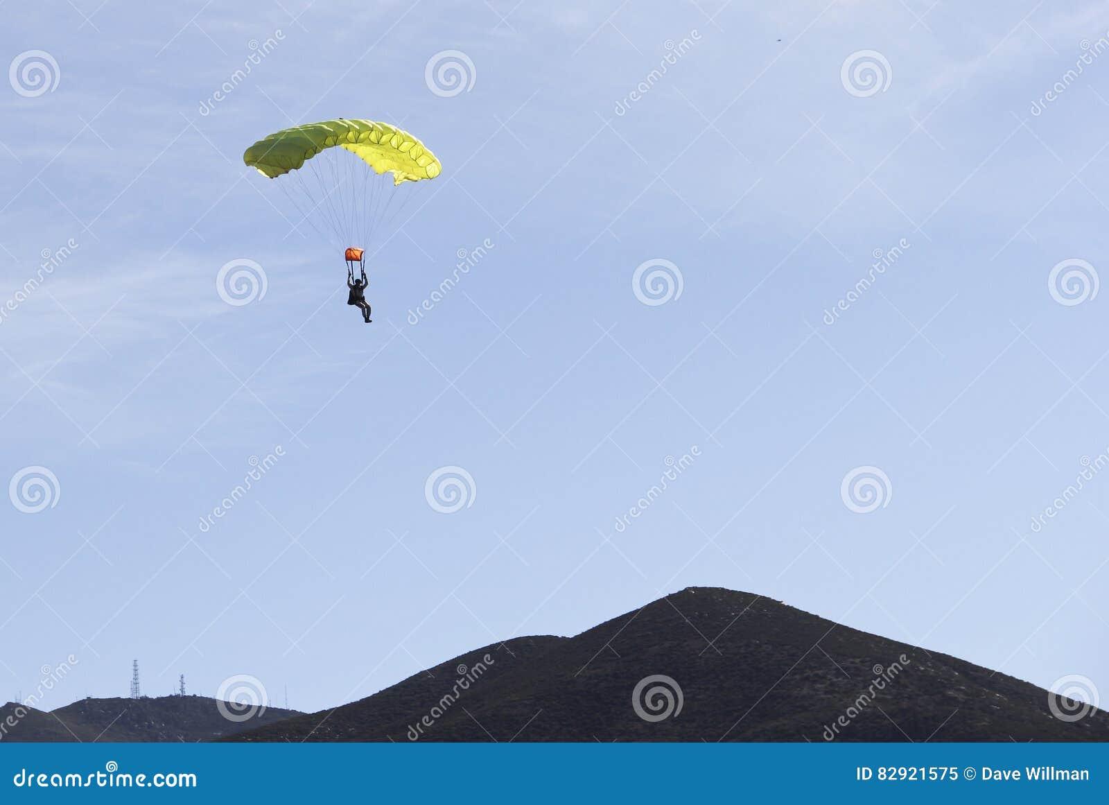 Шлямбур парашюта возвращает к земле