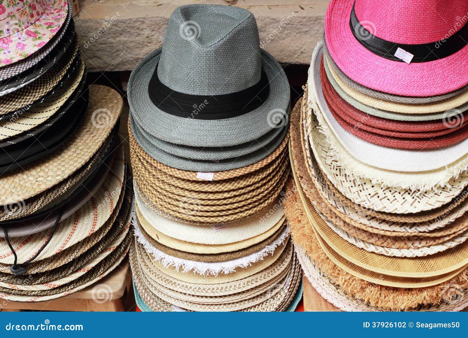 Шляпы для продажи на рынке