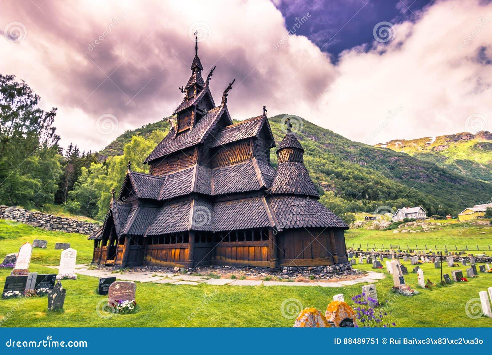 23-ье июля 2015: Ударяйте церковь Borgund в Laerdal, Норвегии