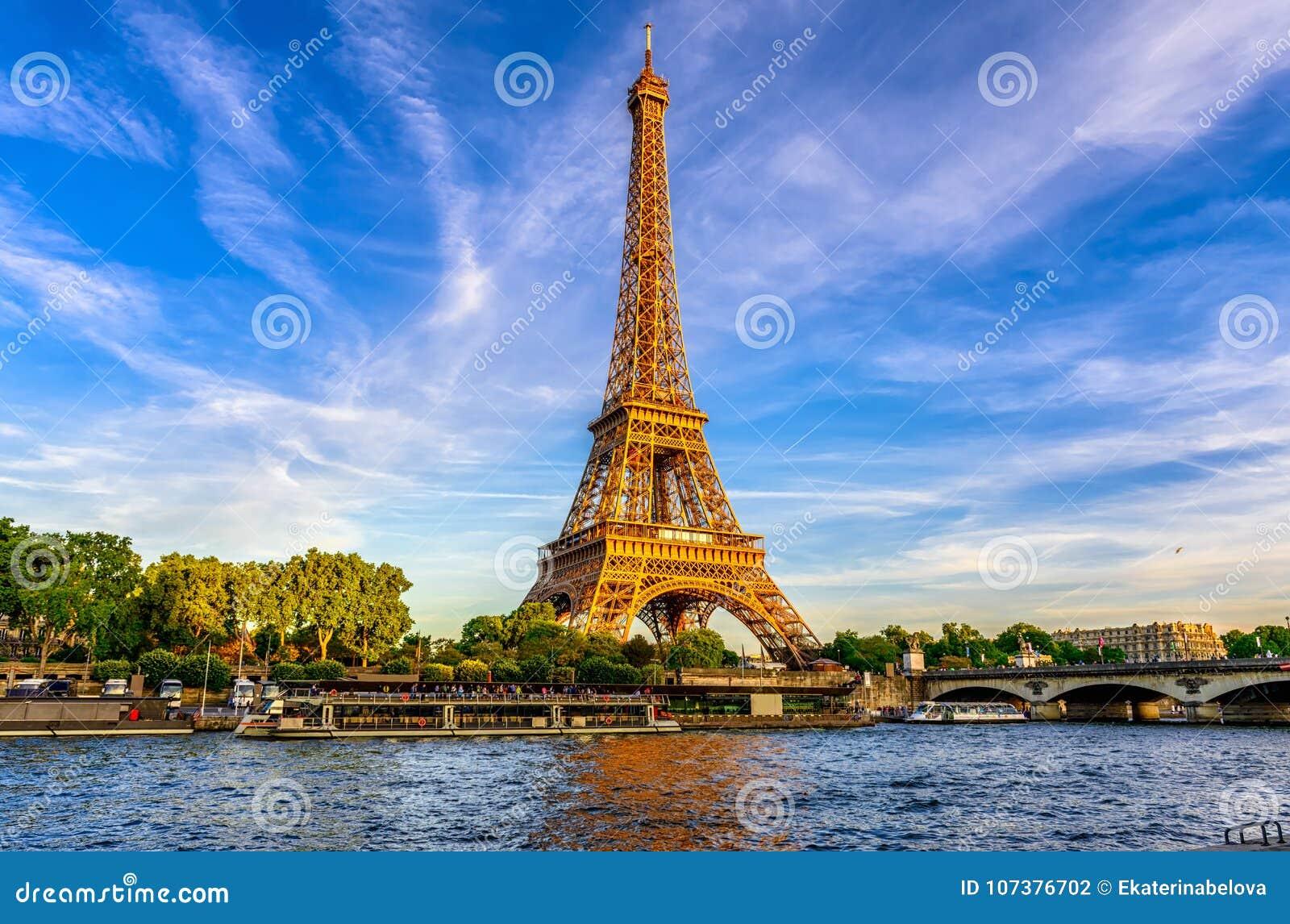 Эйфелева башня Парижа и река Сена на заходе солнца в Париже, Франции