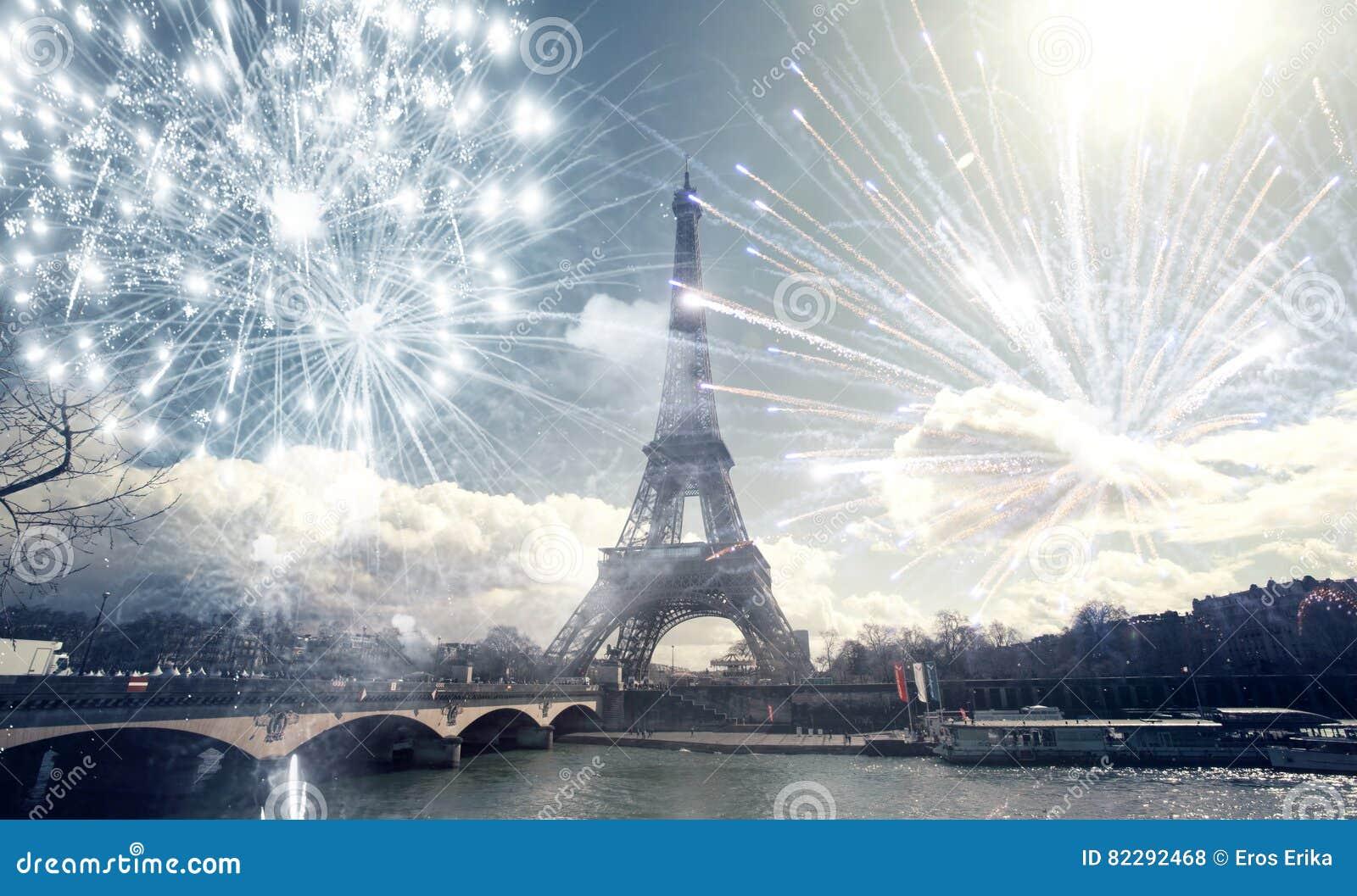 Эйфелева башня Париж, Франция с фейерверками