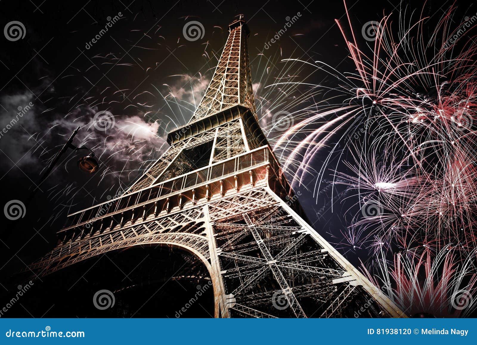 Эйфелева башня & x28; Париж, France& x29; с фейерверками
