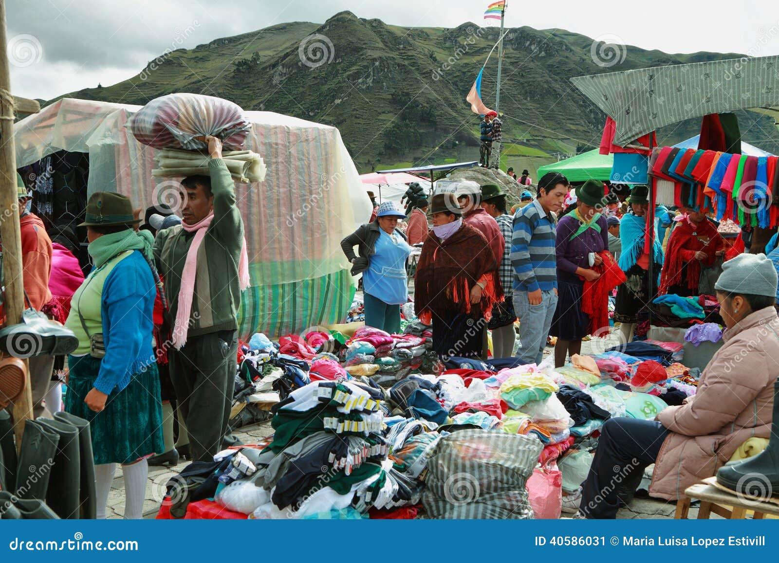 Эквадорские этнические люди с индигенными одеждами в сельском рынке субботы в деревне Zumbahua, эквадоре