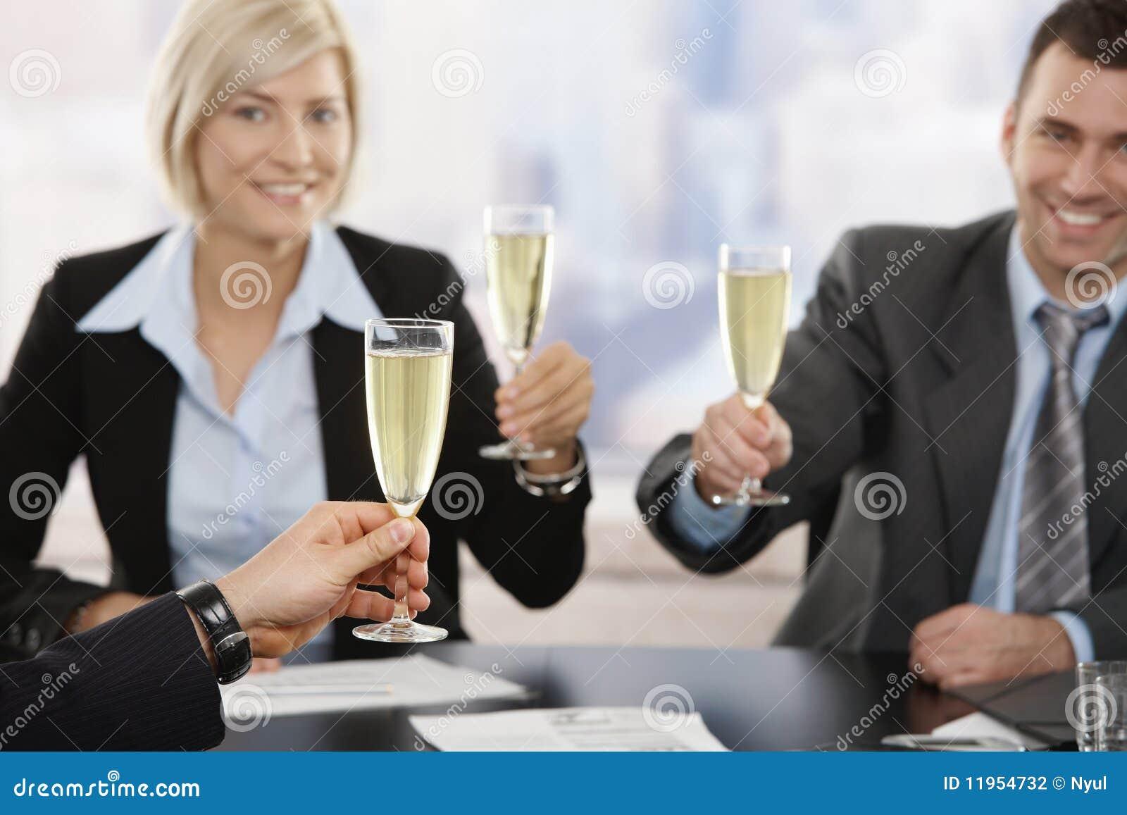 экзекьютивы шампанского дела поднимая здравицу