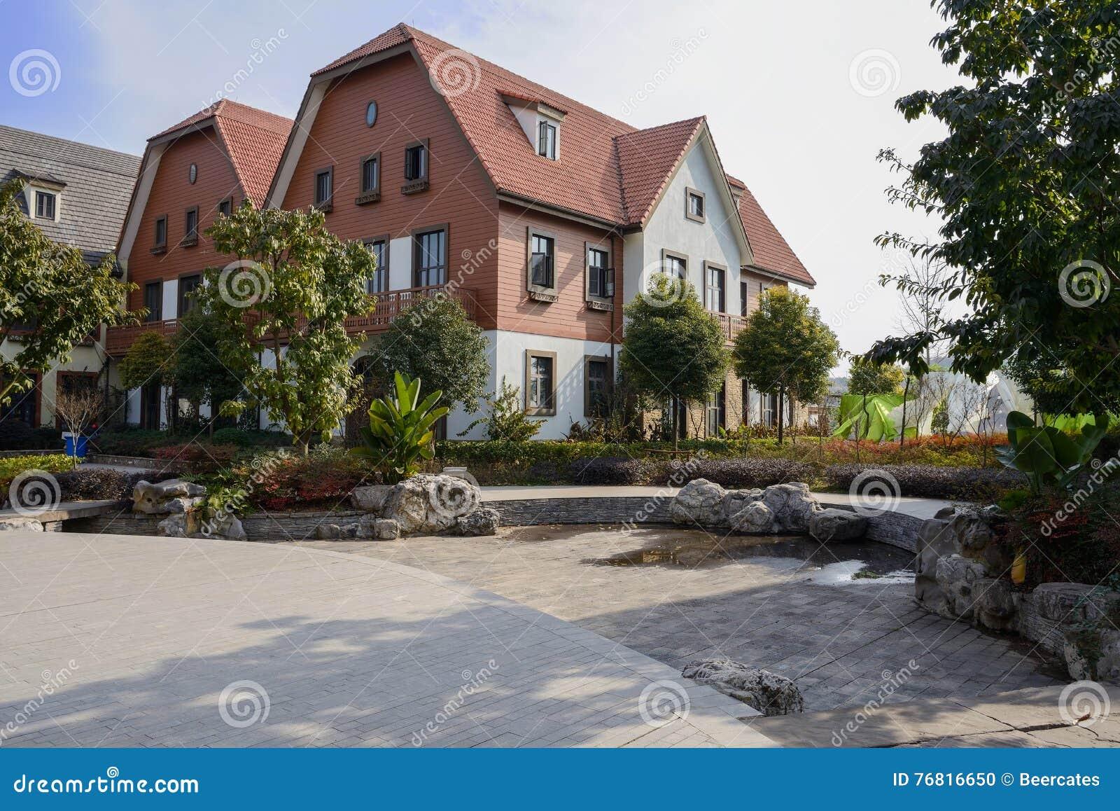 Экзотические европейские здания стиля на солнечном полдне