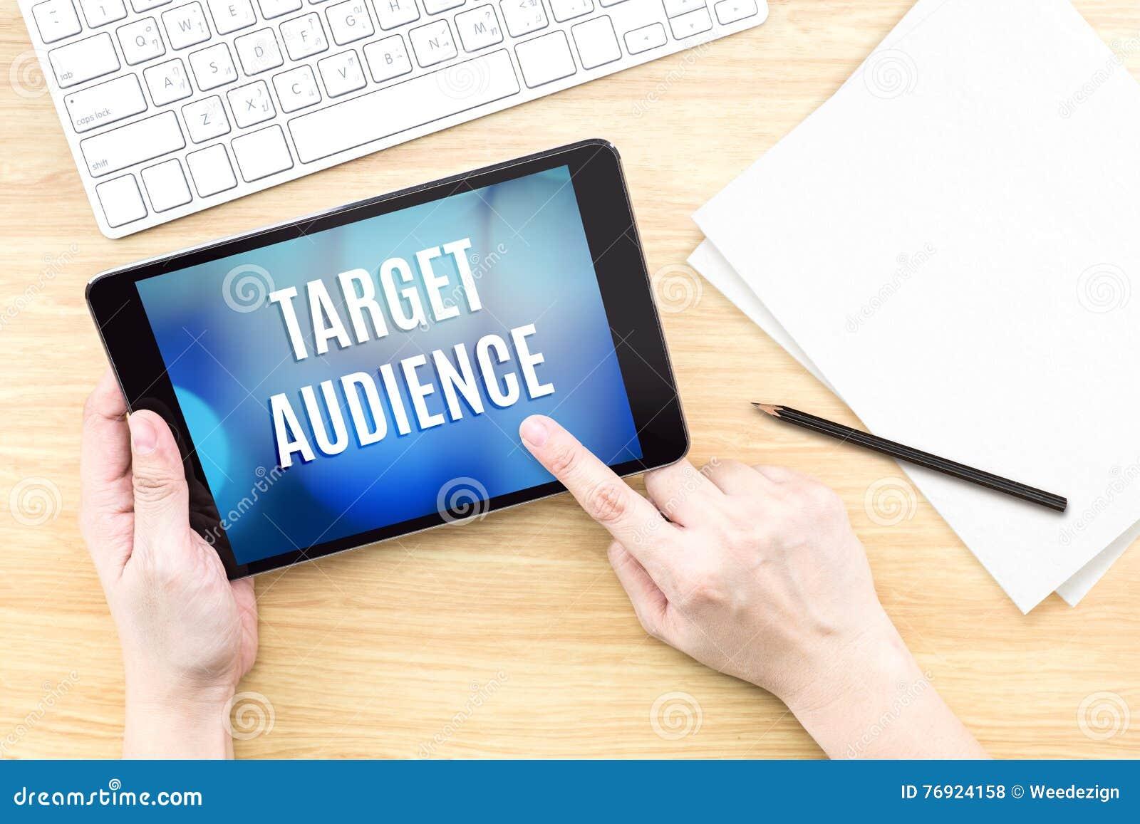 Экран касания пальца с словом потенциальной аудитории с клавиатурой на w