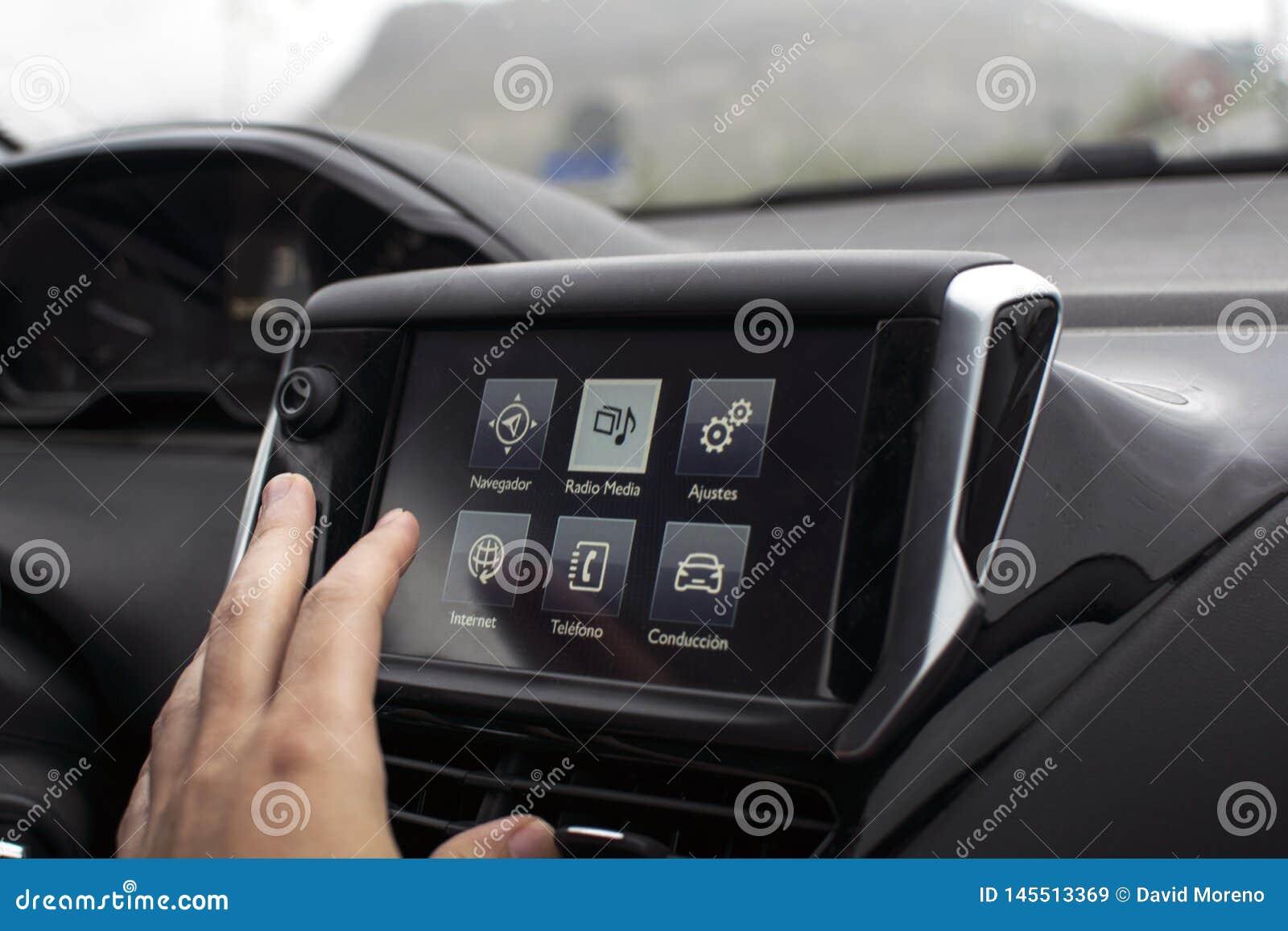 экран мужской руки касаясь в современном автомобиле