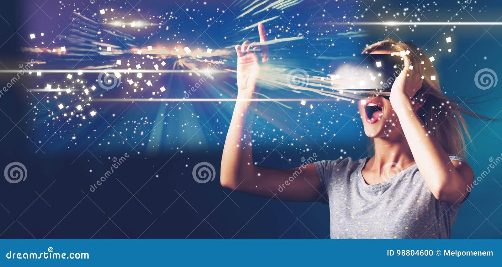 Экран цифров с молодой женщиной с VR