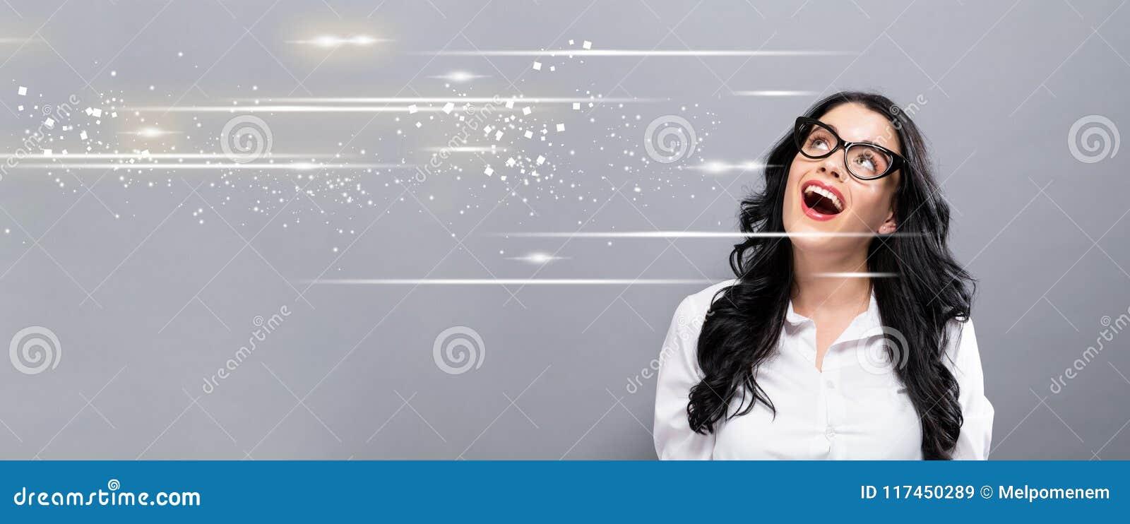 Экран цифров с счастливой молодой коммерсанткой