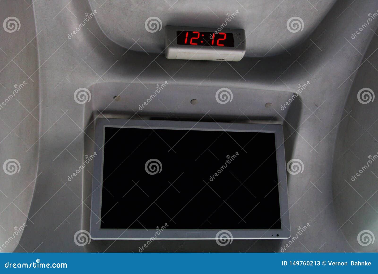 Экран часа и видео- в автобусе перемещения