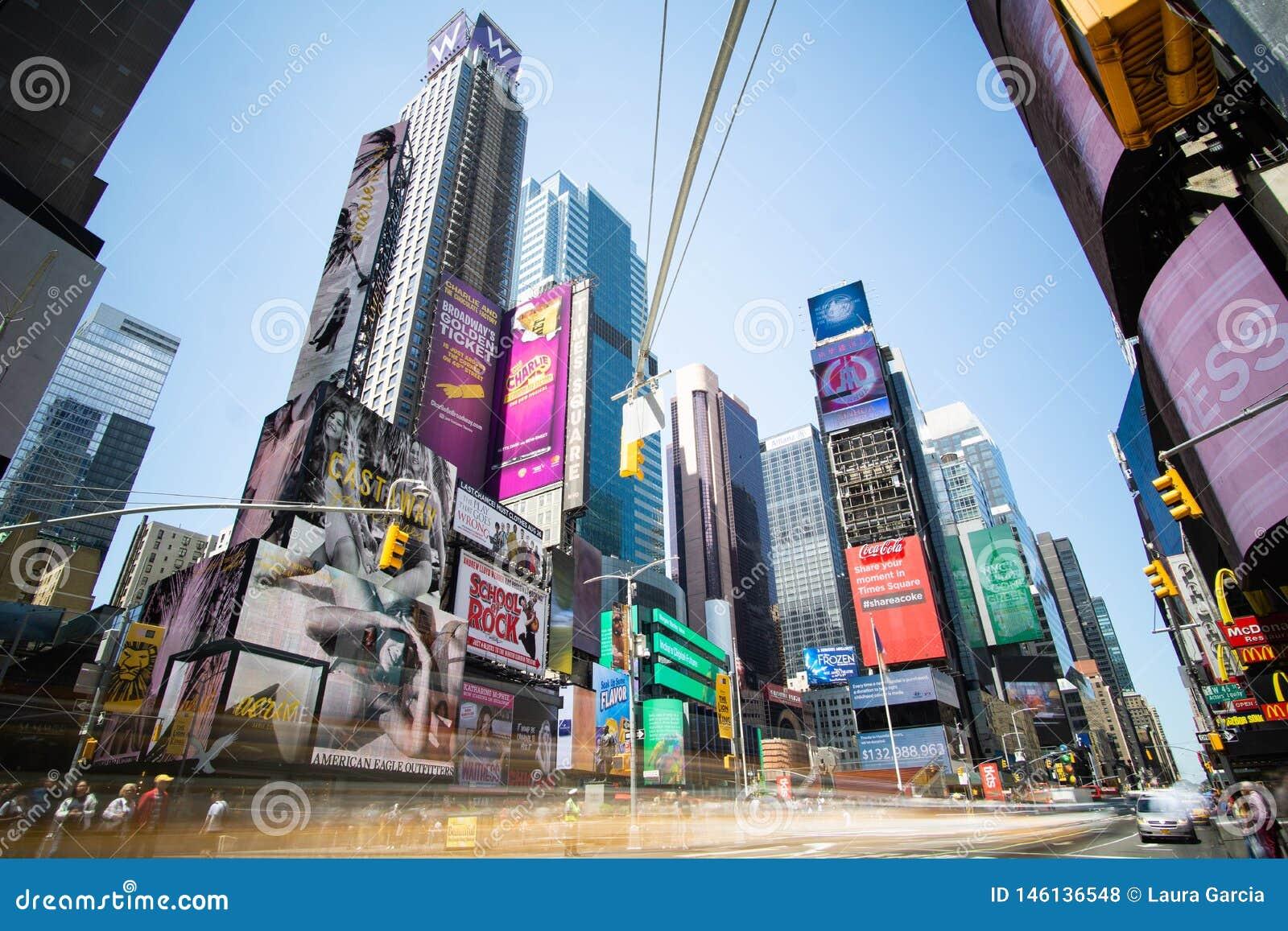 Экспозиция Таймс-сквер длинная в течение дня