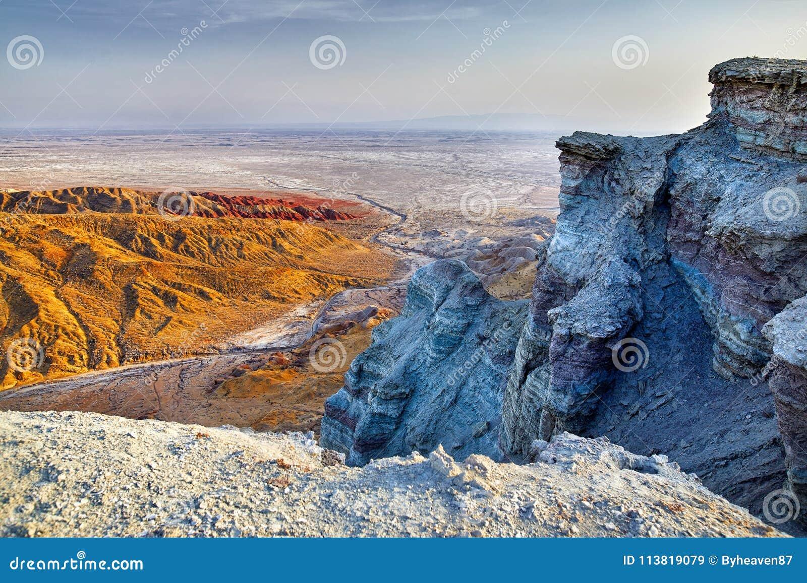Эксцентричные горы в пустыне