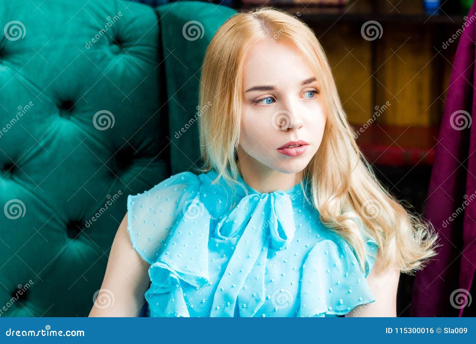 Негритянские фото красотка девушка на стуле стриптиз постели