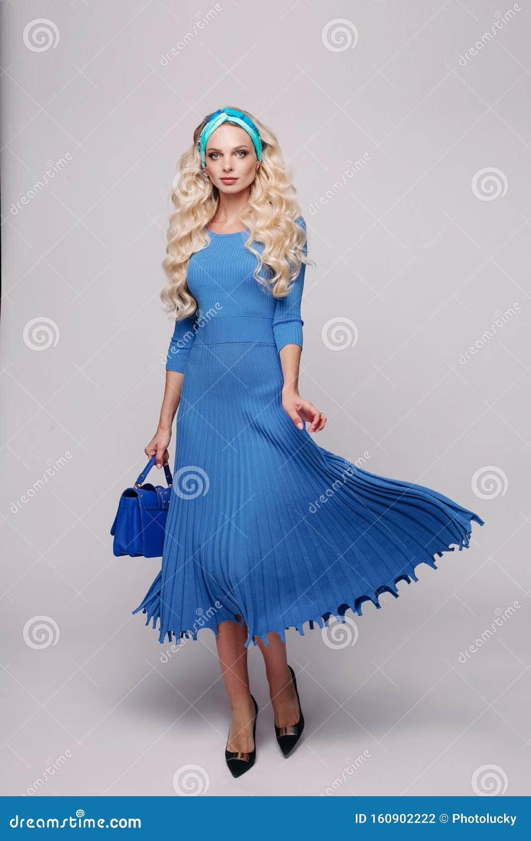 Роскошна блондинка в синем платье
