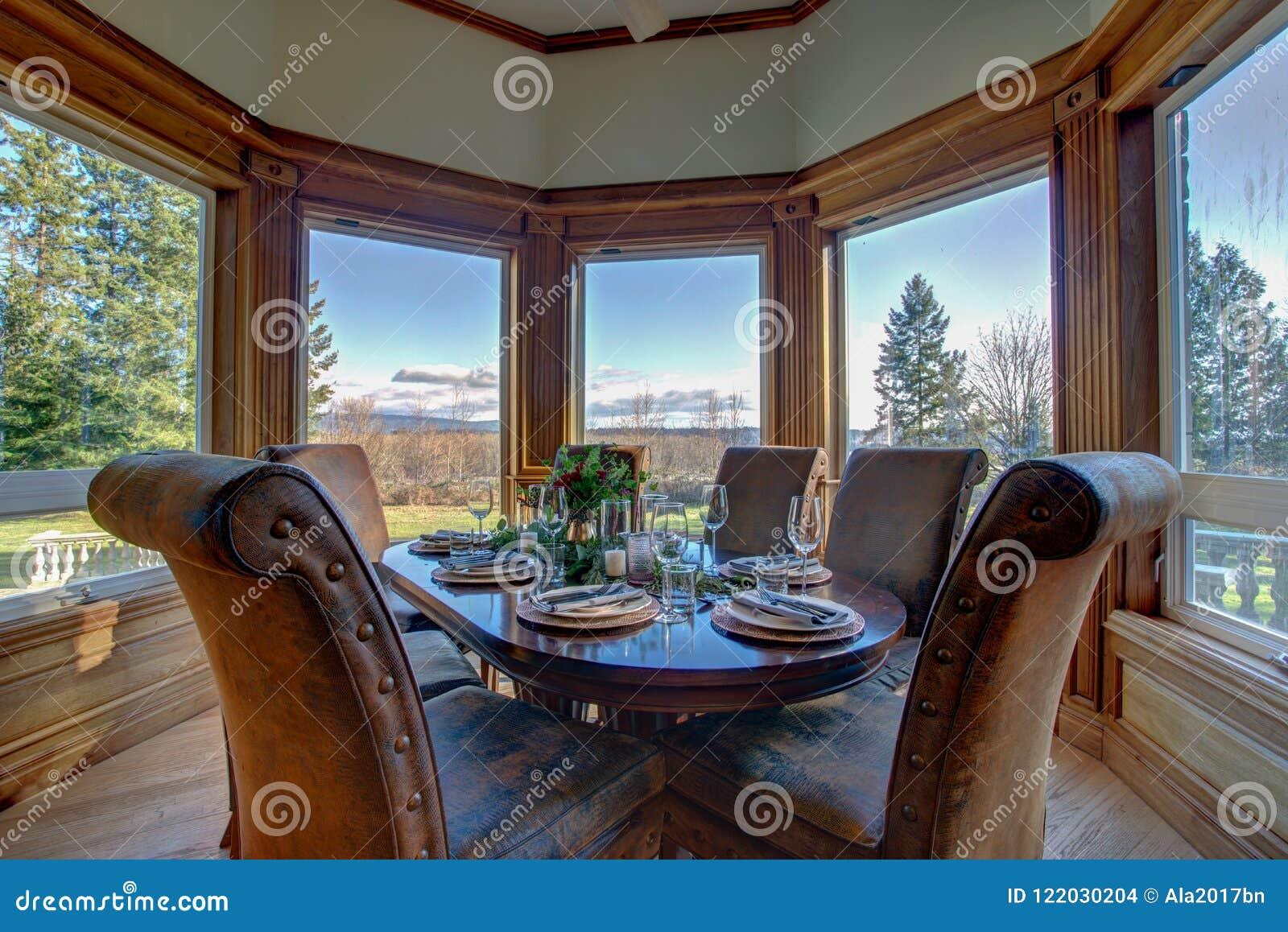 Элегантная таблица установила для обедающего и красивого взгляда окна