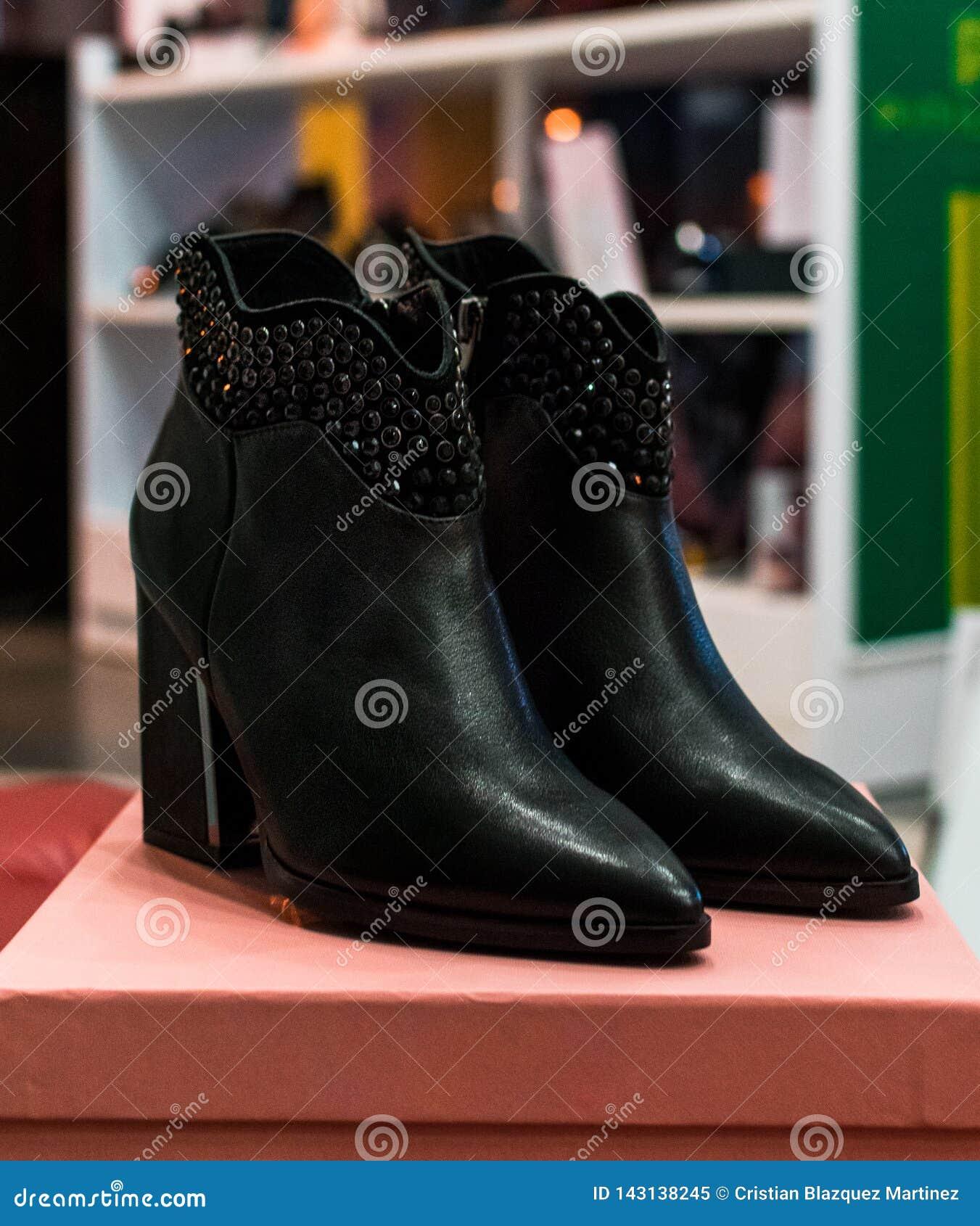 Элегантные ботинки и установка в магазине одежды