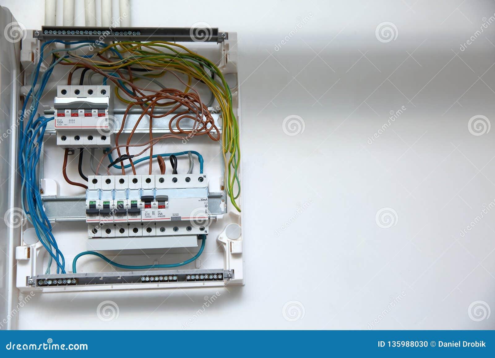 Электрическая панель с взрывателями Все провода были соединены с нужными местами