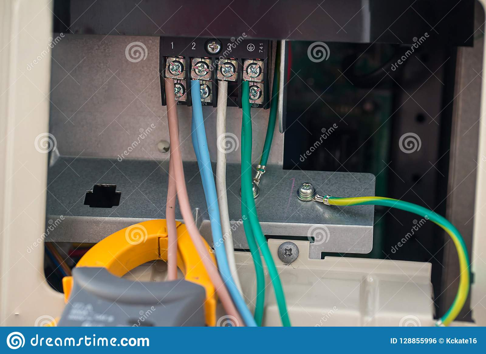 Электрические кабели с терминальным блоком электрические провода соединены к струбцинам в электрической системе сразу напряжения