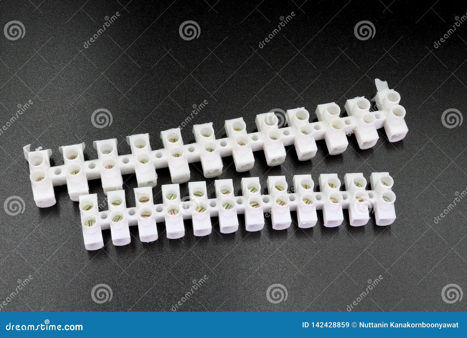 Электрические кабельные соединители изолированные на черной предпосылке