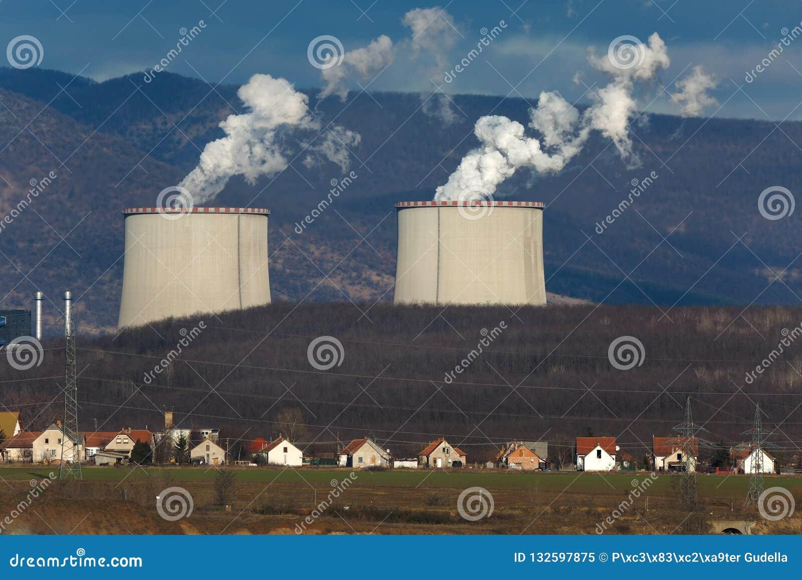 Электростанция и деревня