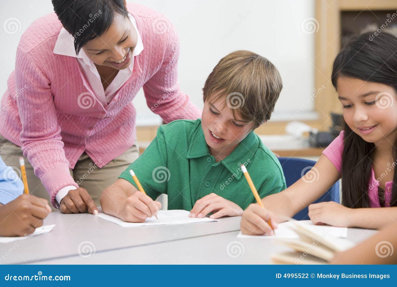 элементарный помогая школьный учитель зрачка