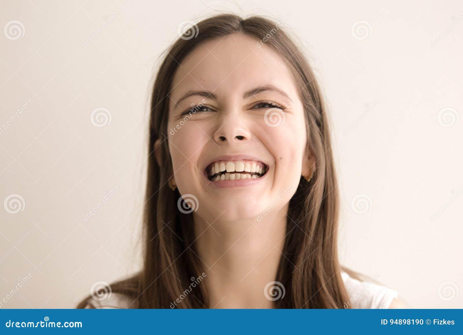 Эмотивный портрет выстрела в голову смеясь над молодой женщины