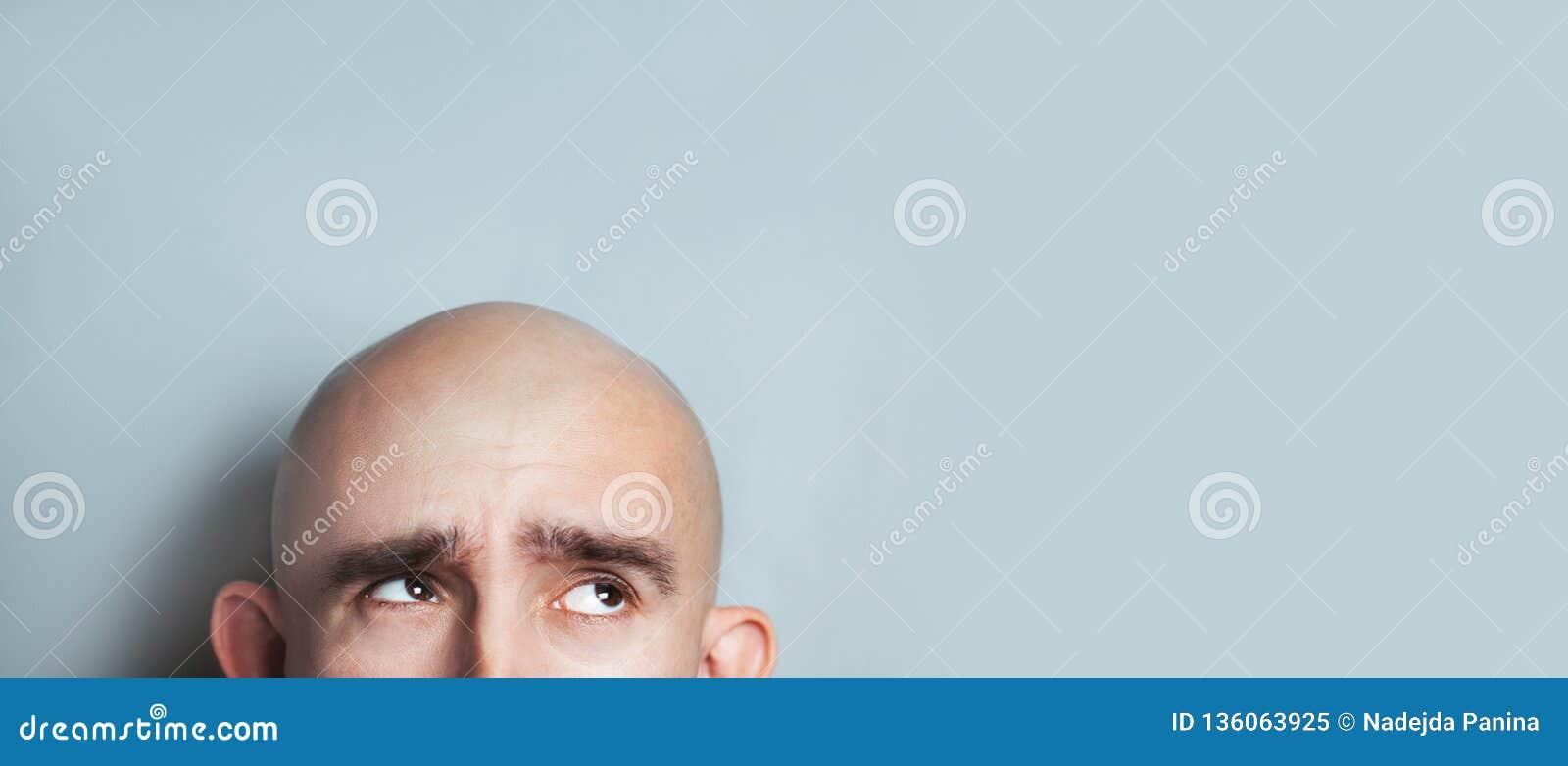 Эмоциональный портрет удивленного лысого человека