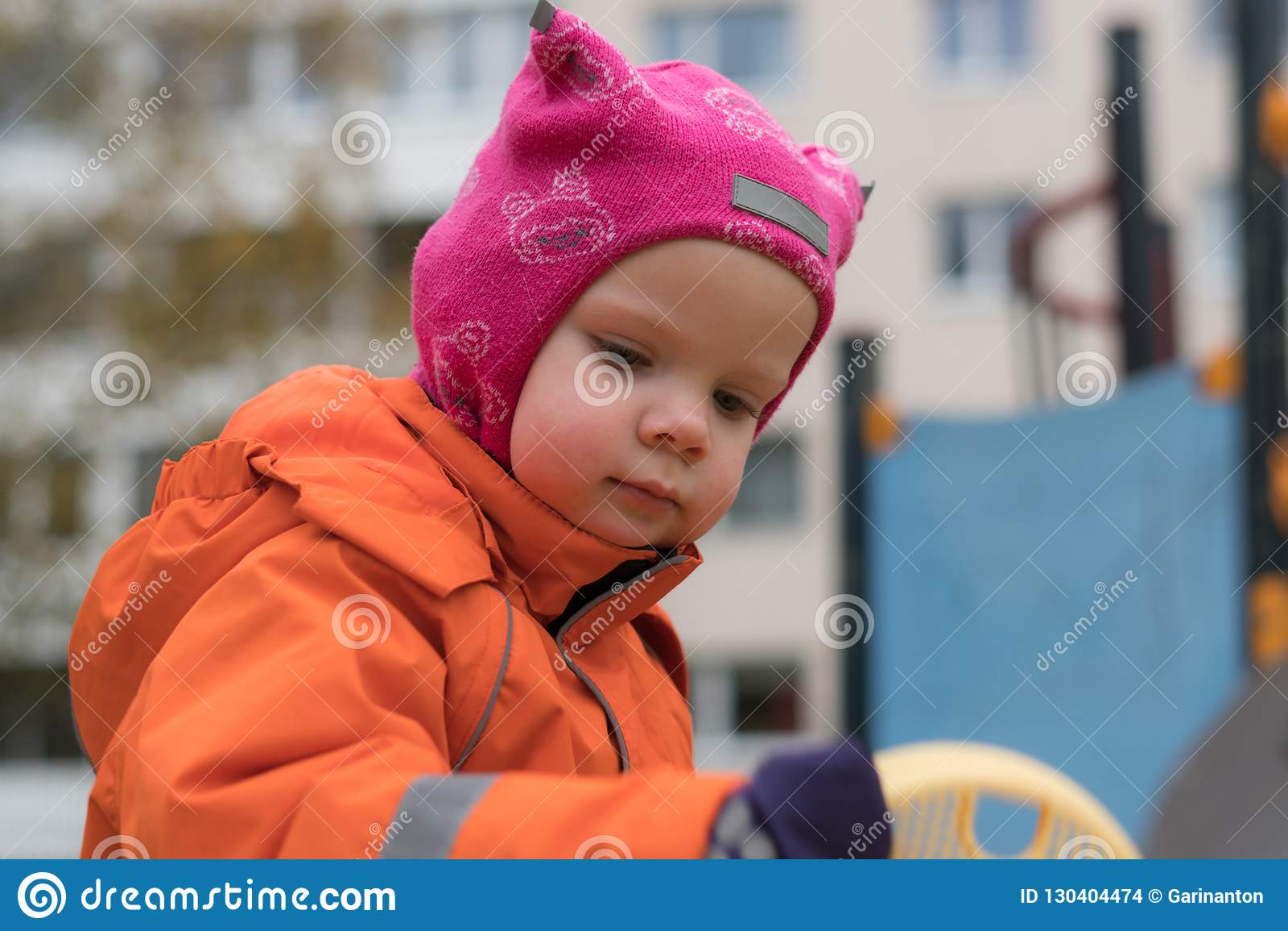 Эмоция ребенка на спортивной площадке во дне осени