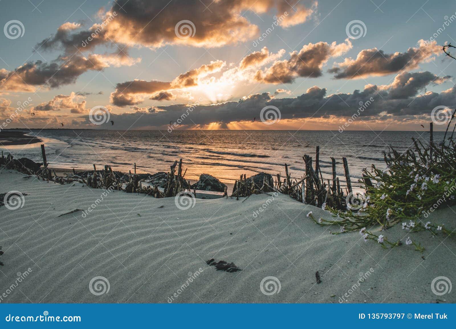 Эпичная панорама неба захода солнца Goeree-Overflakkee, Нидерланд, Brouwersdam