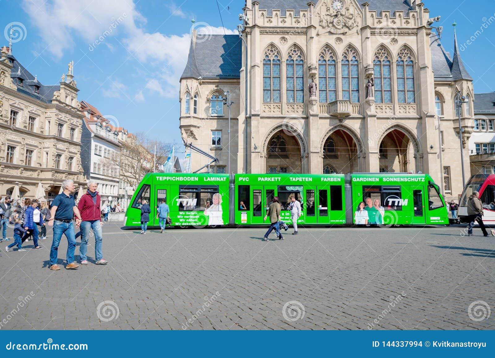 Эрфурт, Германия 7-ое апреля 2019 Красивая старая архитектура и современный зеленый трамвай в центре города