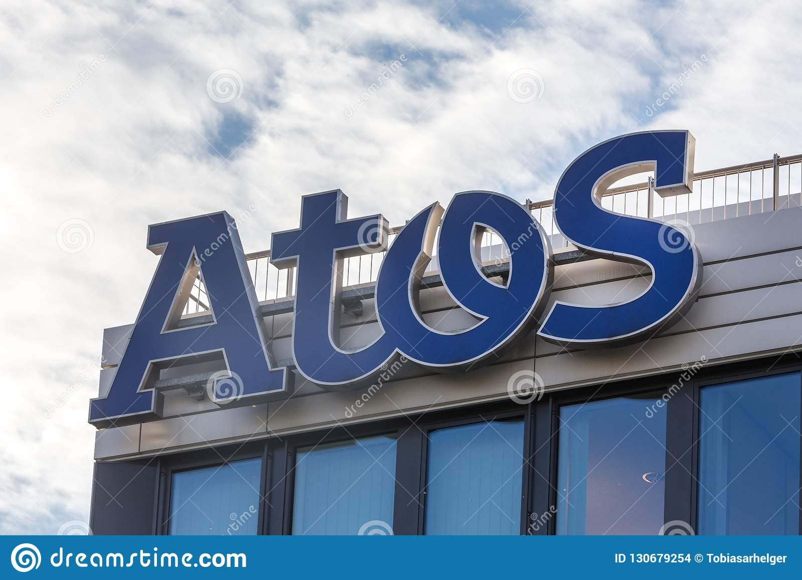 Эссен, северная Рейн-Вестфалия/Германия - 02 11 18: atos подписывают на здании в Эссене Германии