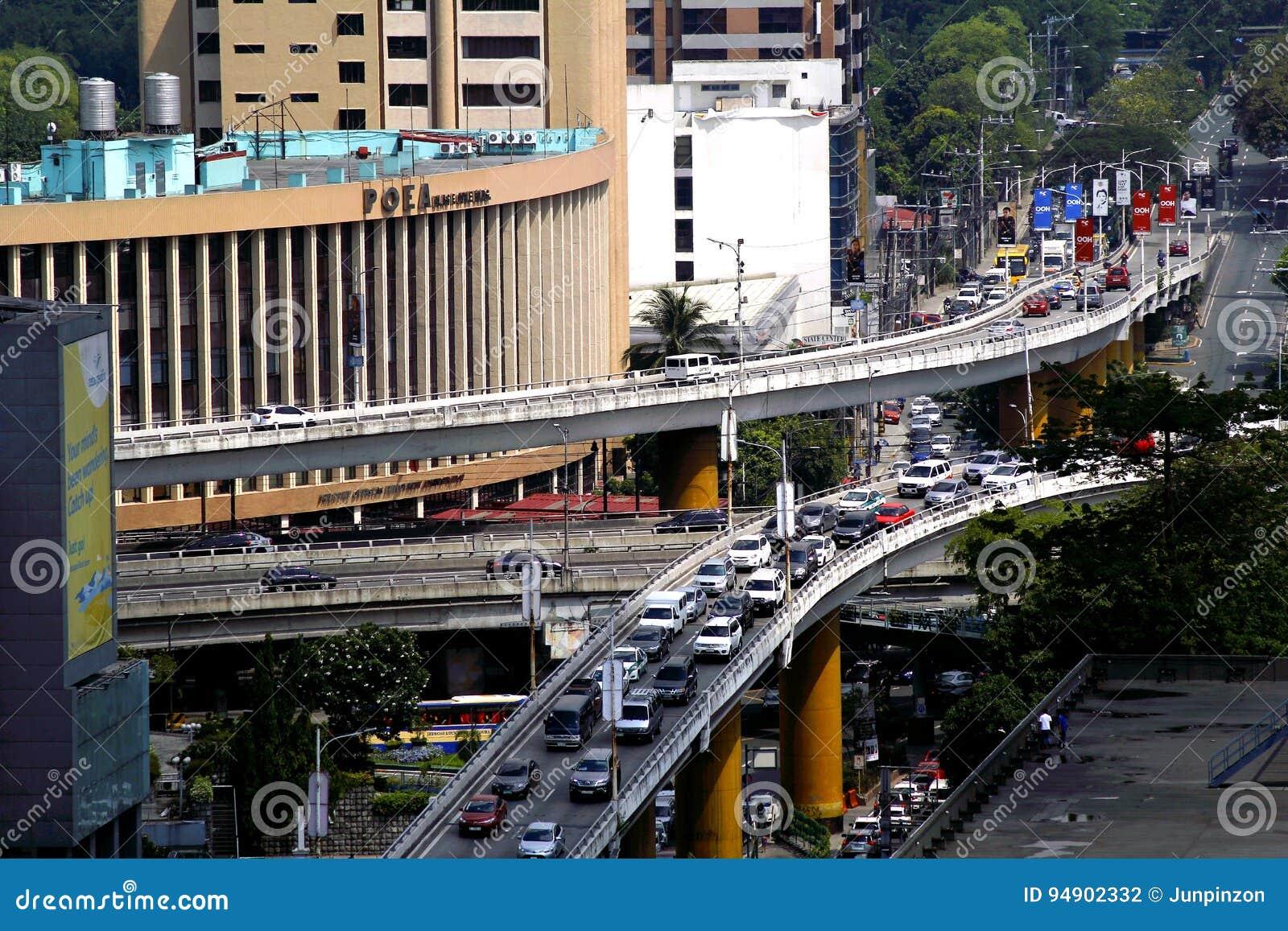 Эстакады на пересечении бульвара Ortigas и бульвара Epifanio Delos Сантоса или EDSA в городе Quezon, Филиппинах