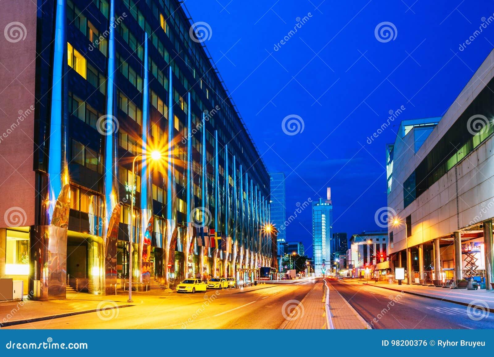 Download эстония Tallinn Взгляд ночи здания гостиницы в освещении вечера или ночи на A Улица Laikmaa Редакционное Фото - изображение насчитывающей известно, лето: 98200376