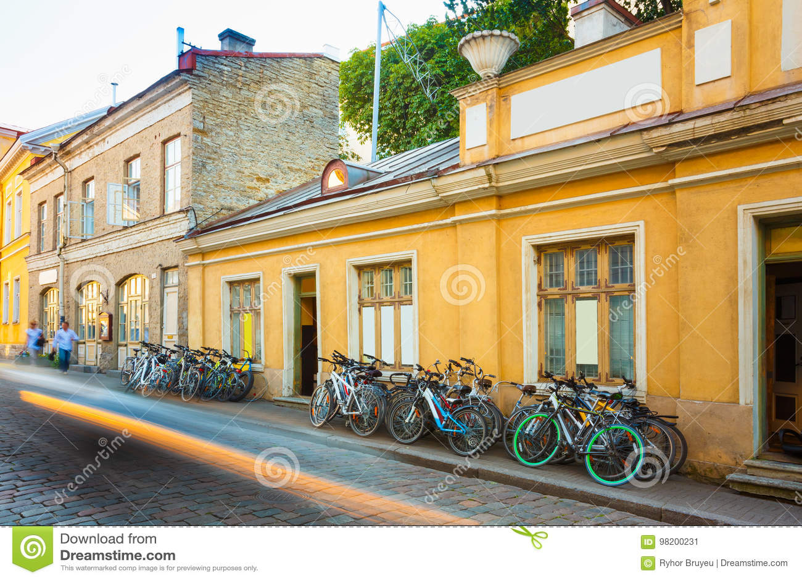 Download эстония Tallinn Прокат велосипедов велосипед парковать около старого дома в старом городке части в вечере лета Редакционное Фото - изображение насчитывающей эстония, часть: 98200231