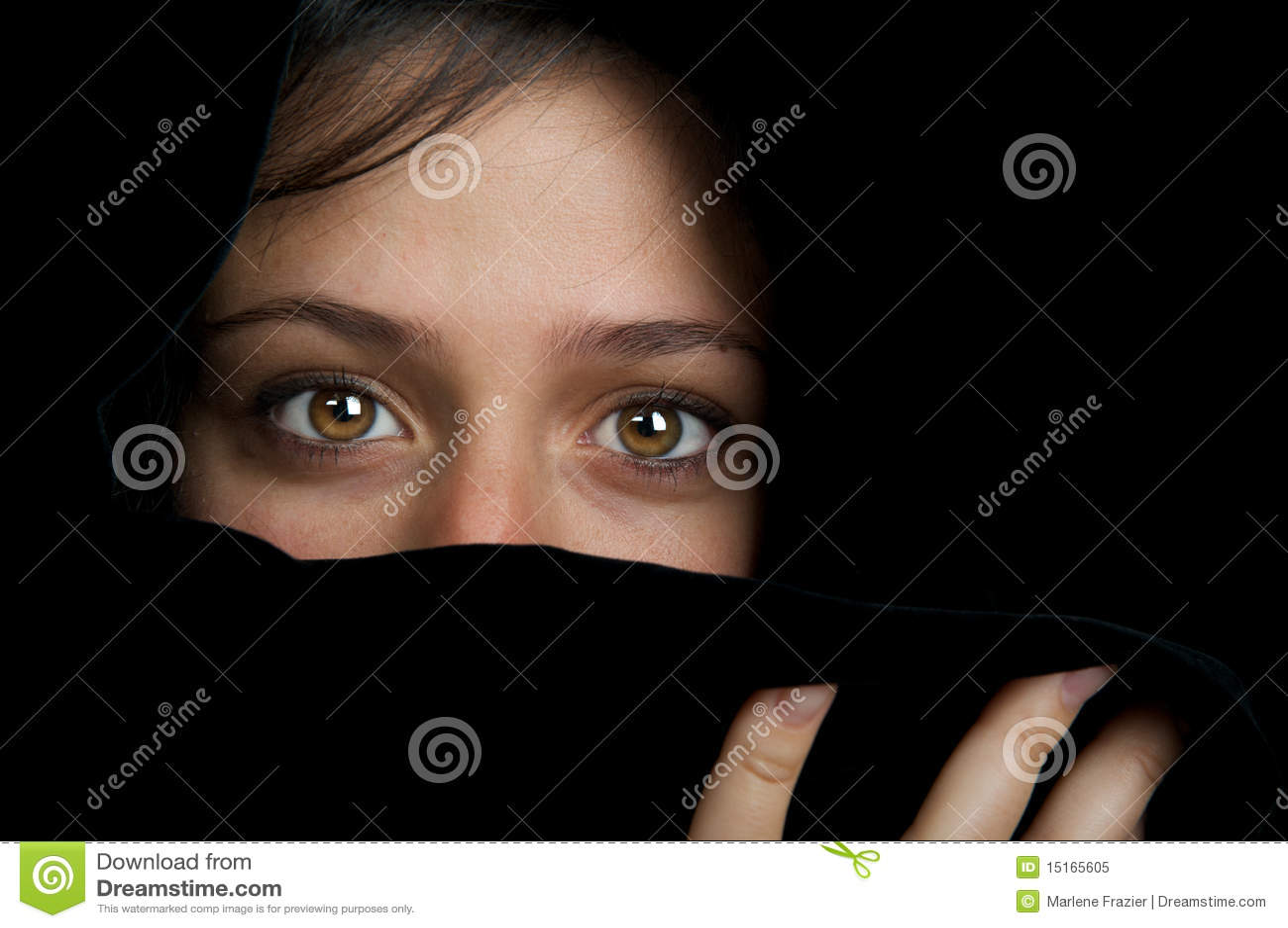 этническо смотрите на ее пряча женщину