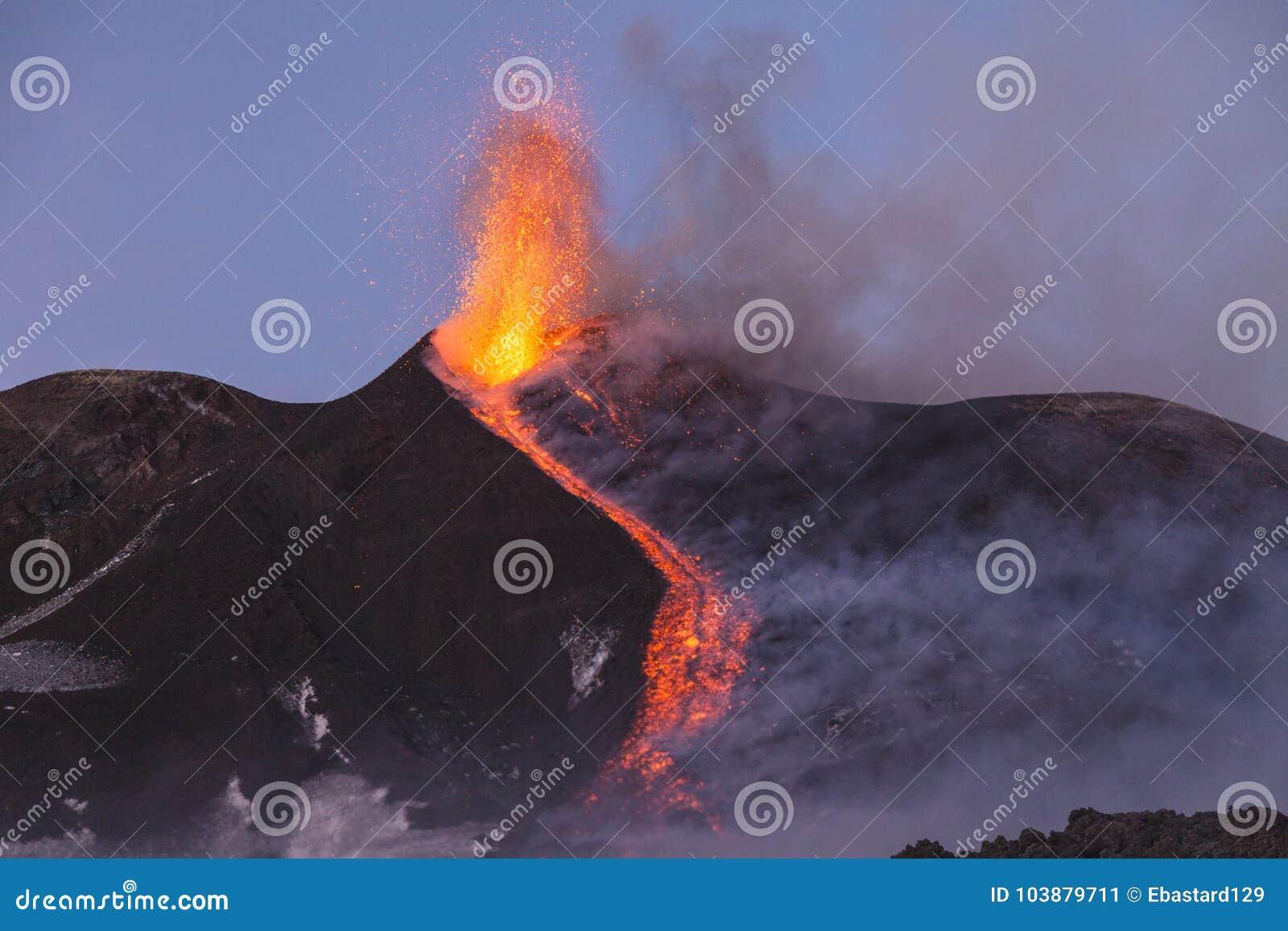 Эффектное извержение Этна вулкана, Сицилия, Италия
