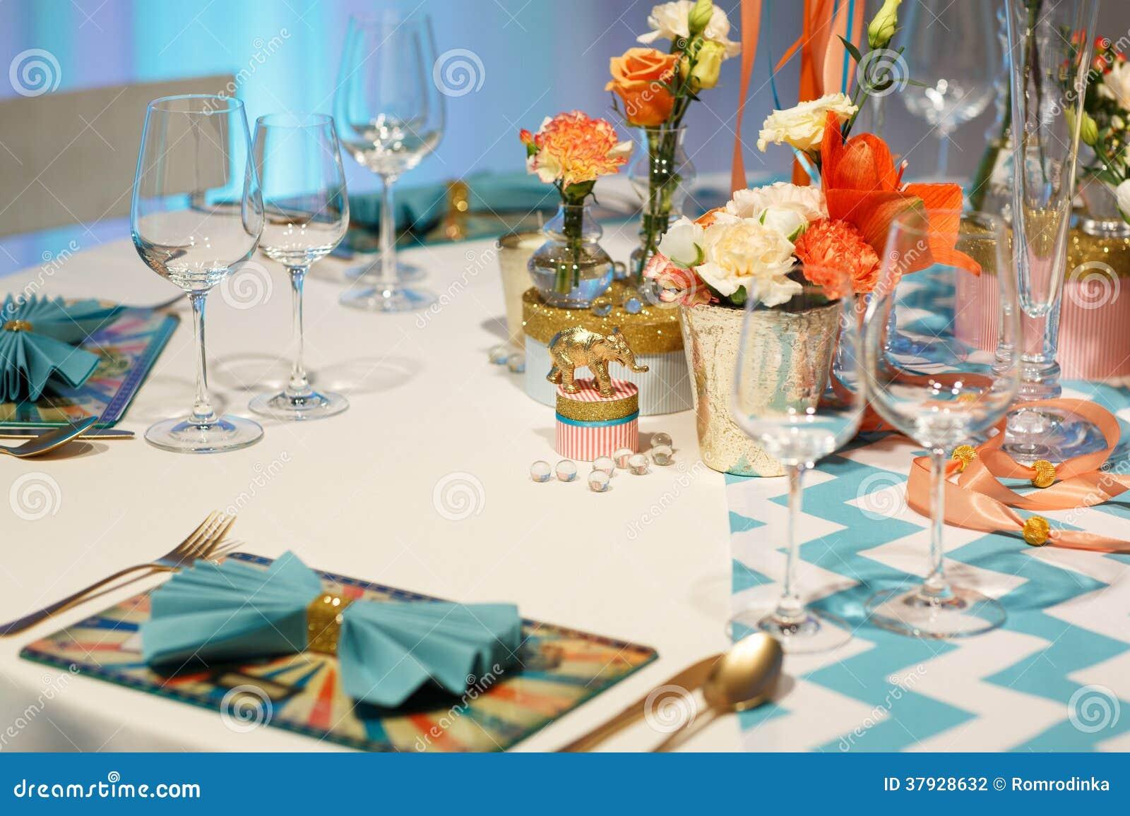 Элегантная таблица установила в мягкий creme для партии wedding или события.