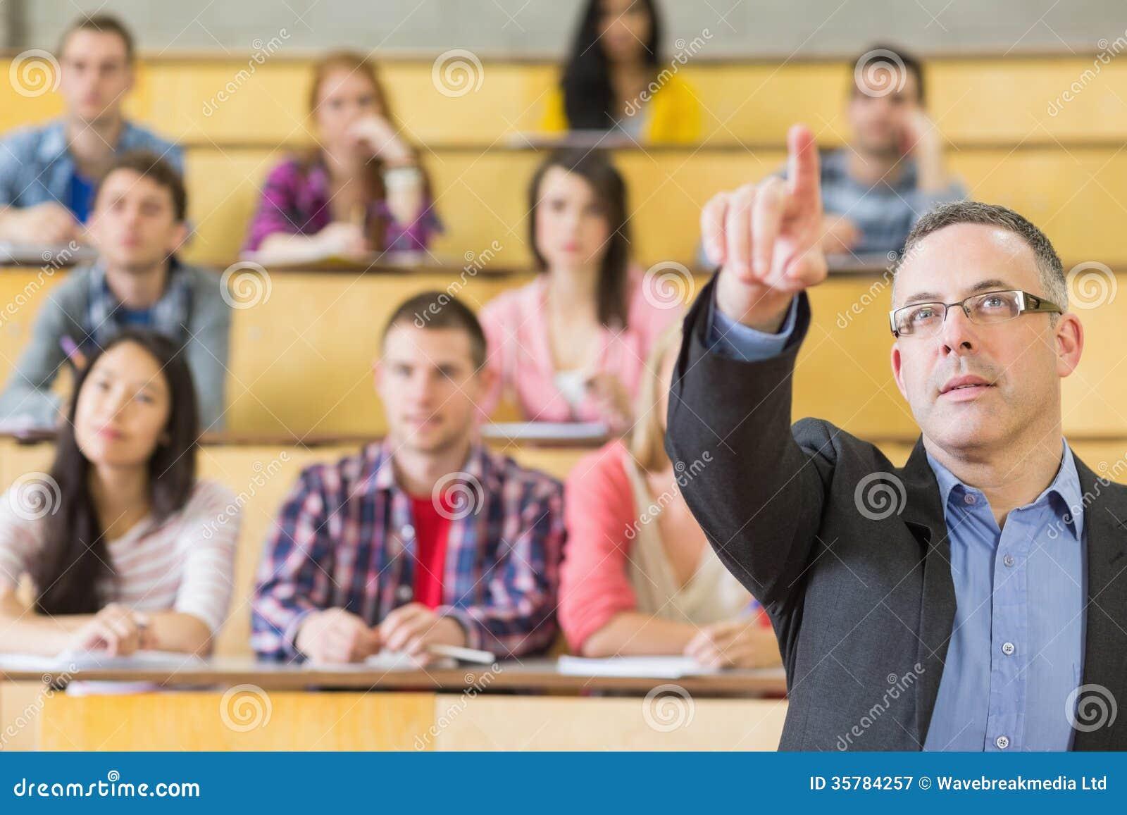 Элегантные учитель и студенты на лекционном зале коллежа