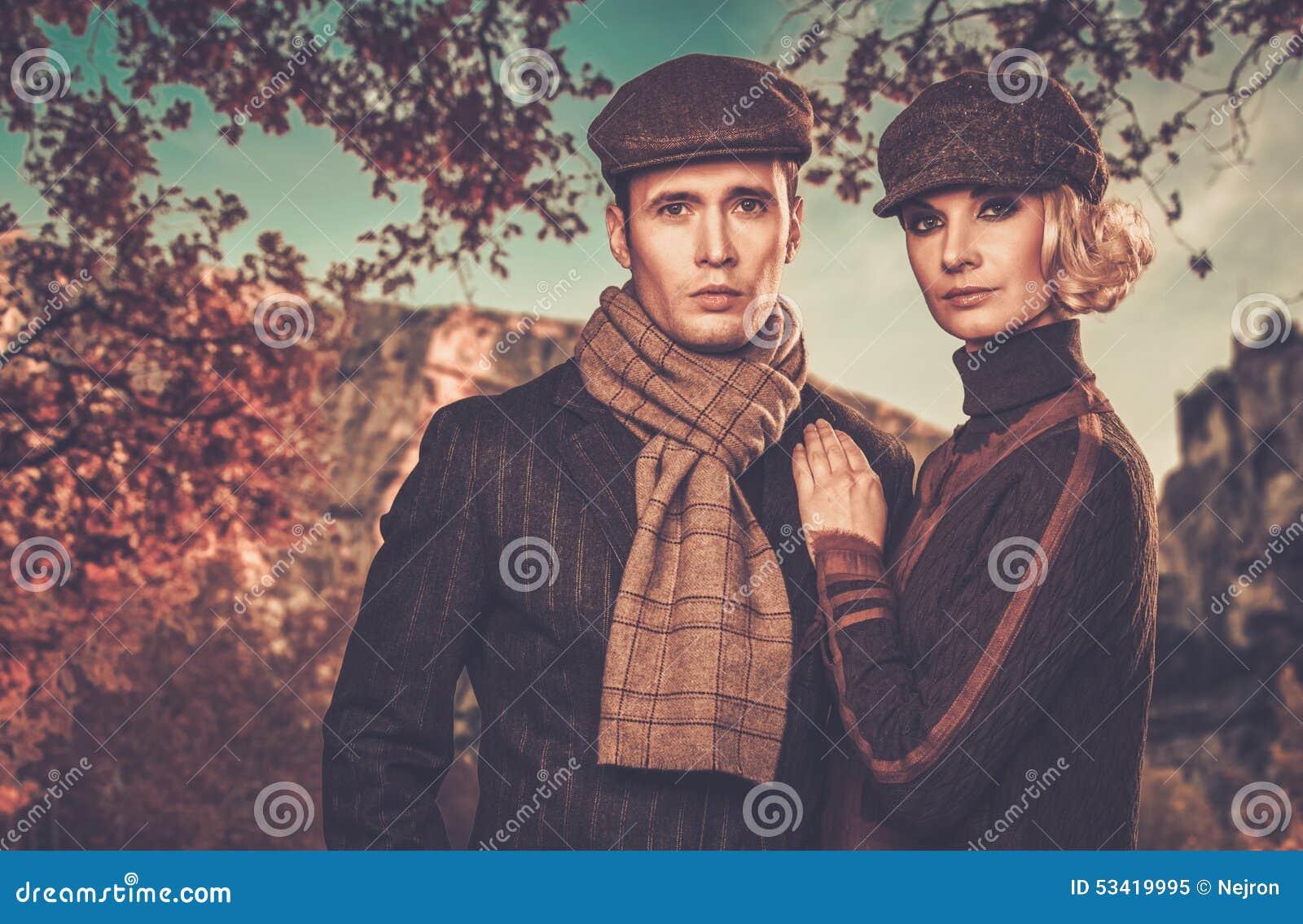 Элегантные хорошо одетые пары outdoors