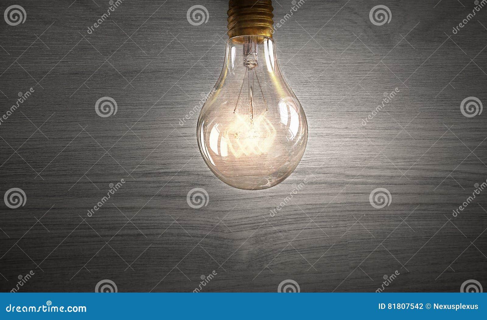 Электрическая лампочка на деревянной поверхности Мультимедиа