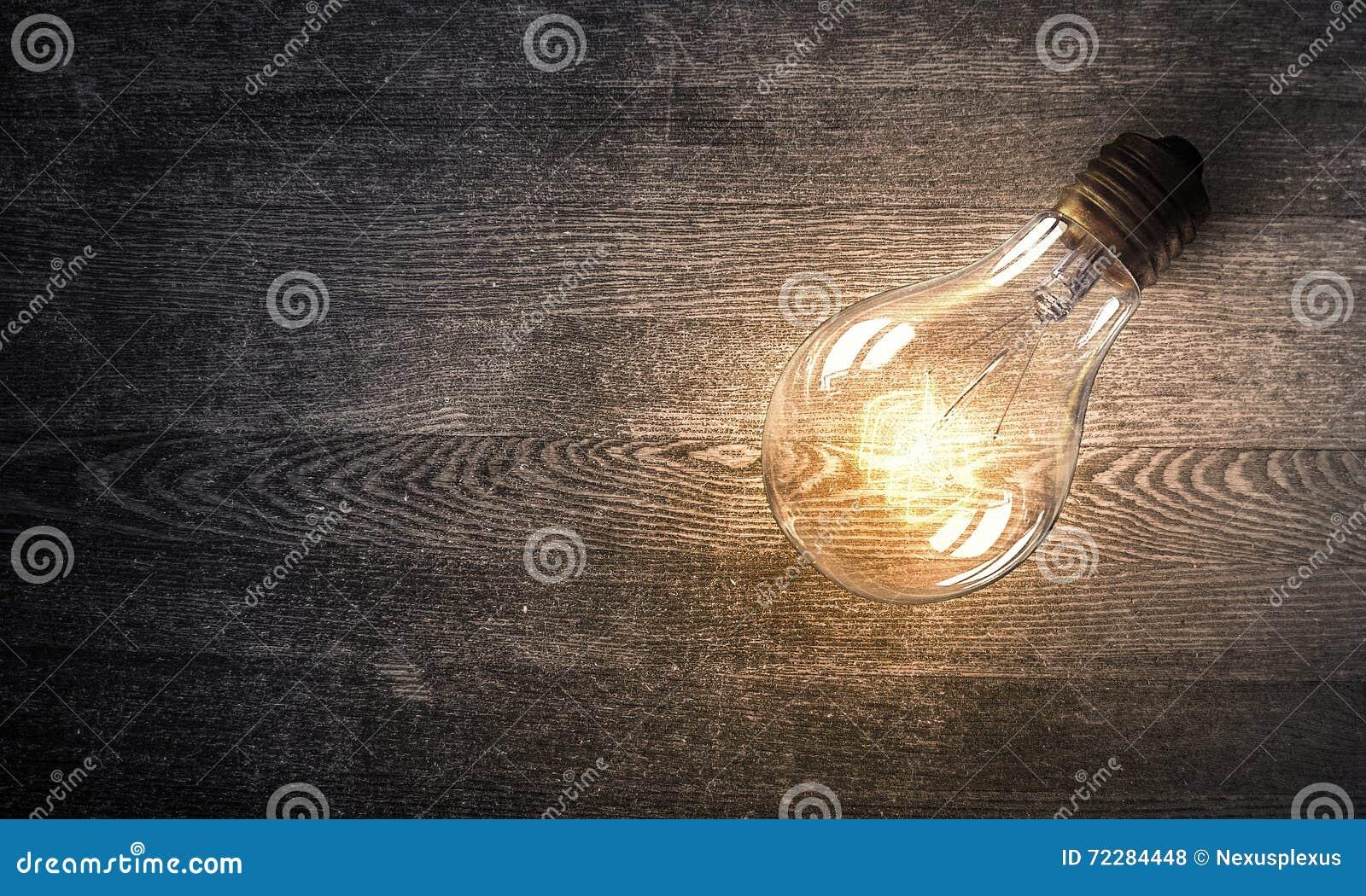 Download Электрическая лампочка на деревянной поверхности Стоковое Фото - изображение насчитывающей накалять, пол: 72284448