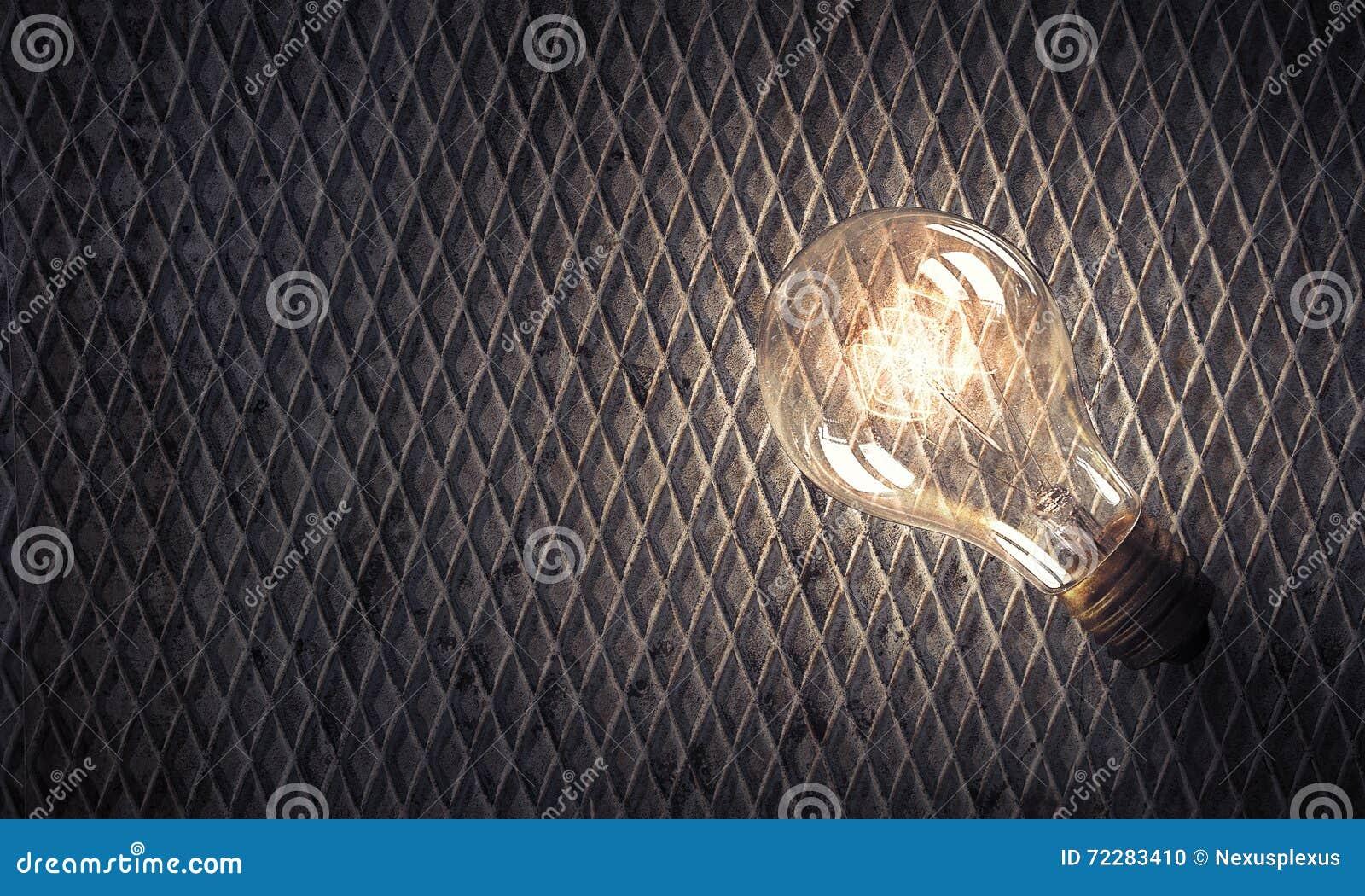 Электрическая лампочка на каменной поверхности