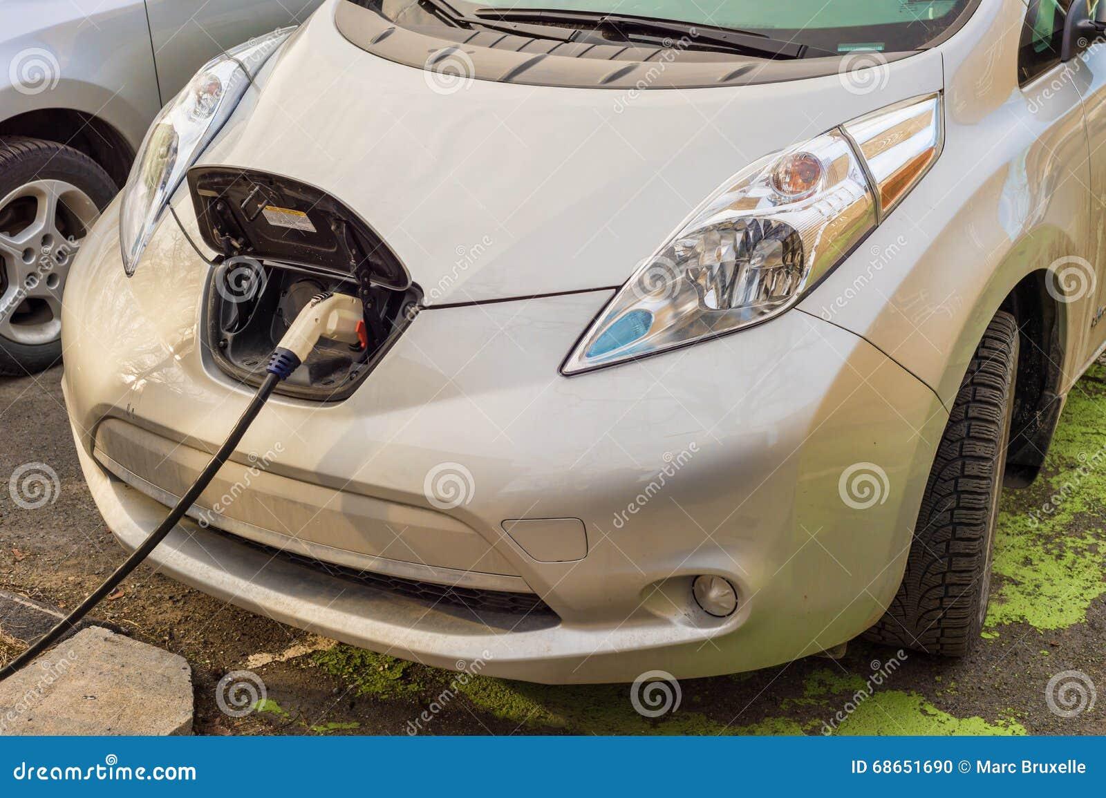 Электрические автомобили поручая на перезаряжать станцию