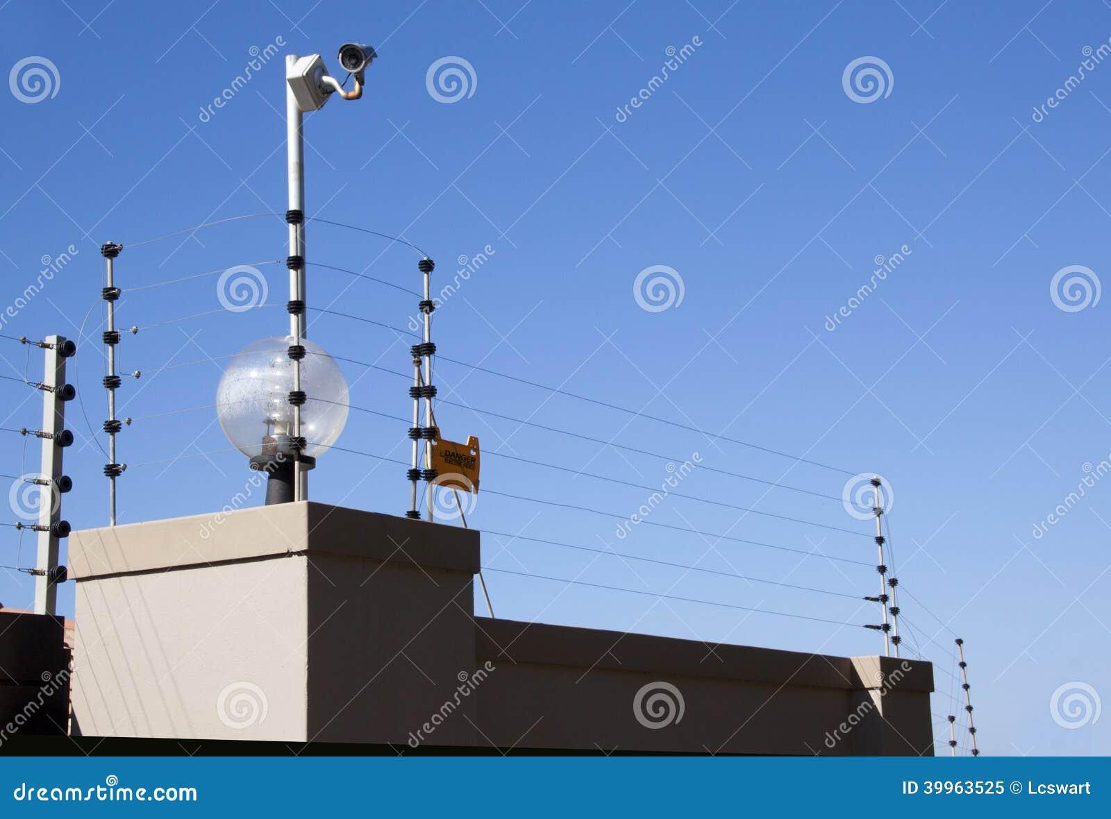 Электрические загородка и камера слежения на пограничной стене