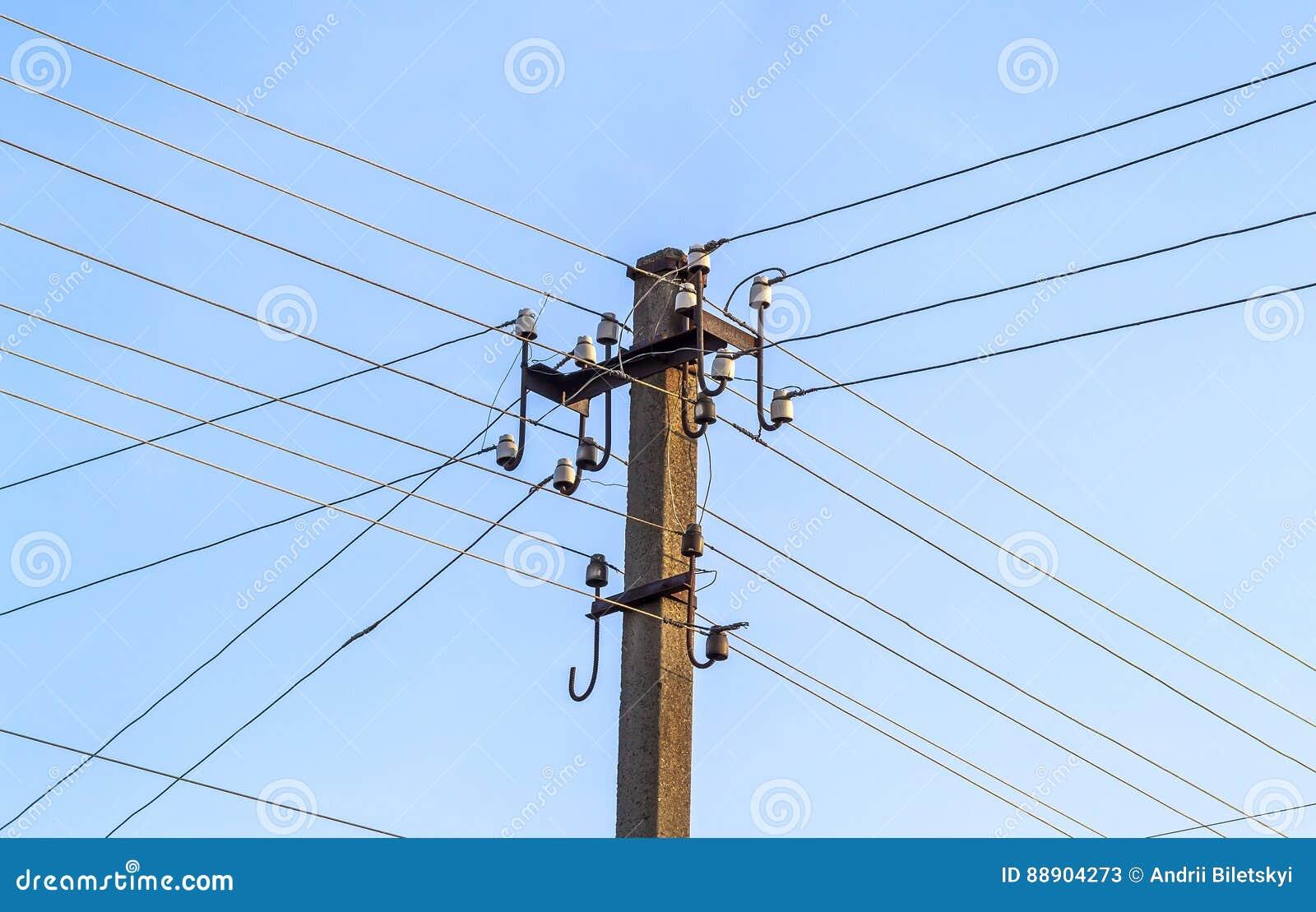 Электрические линии электропередач и провода поляка с голубым небом
