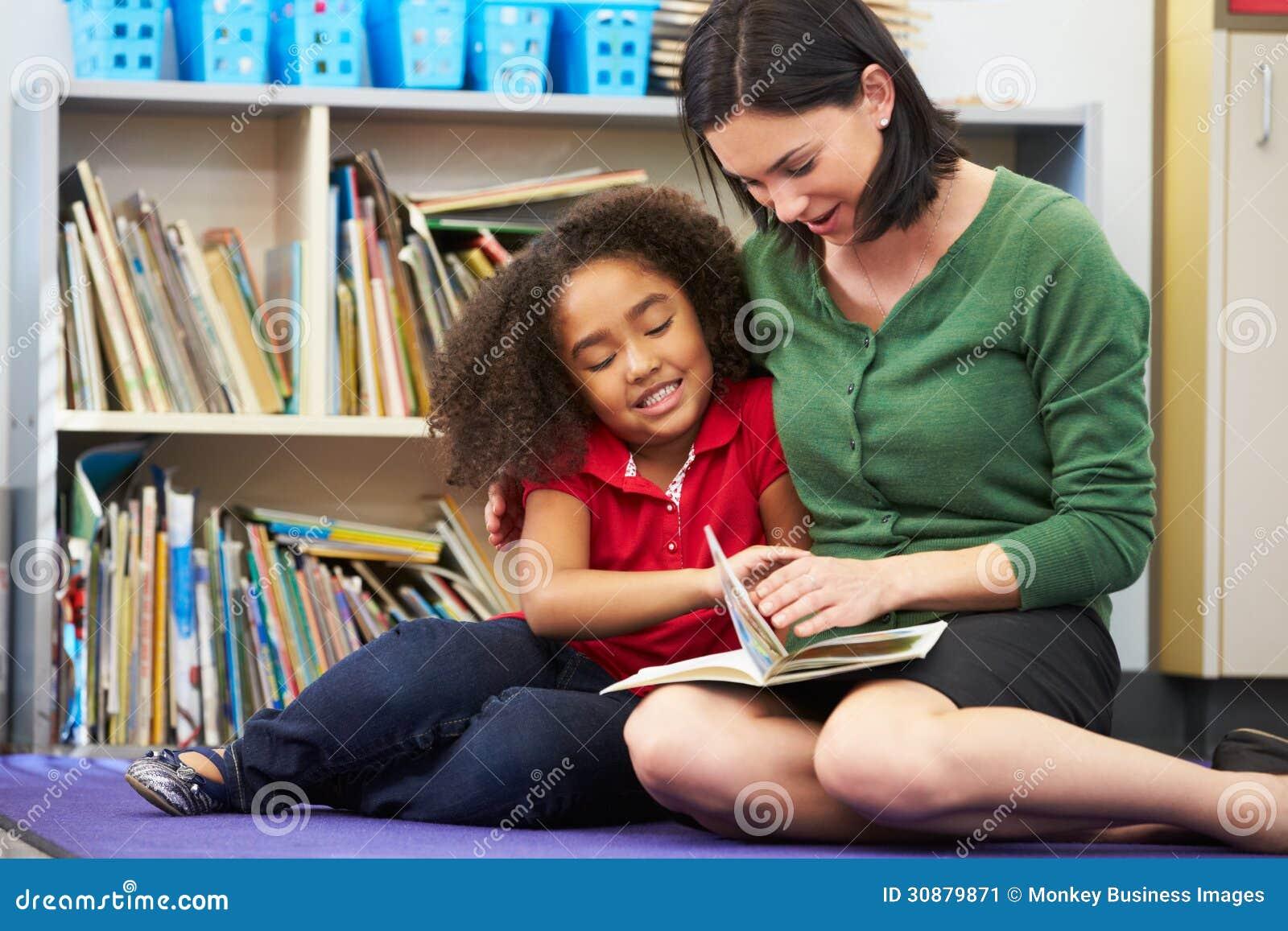 Элементарное чтение зрачка с учителем в классе