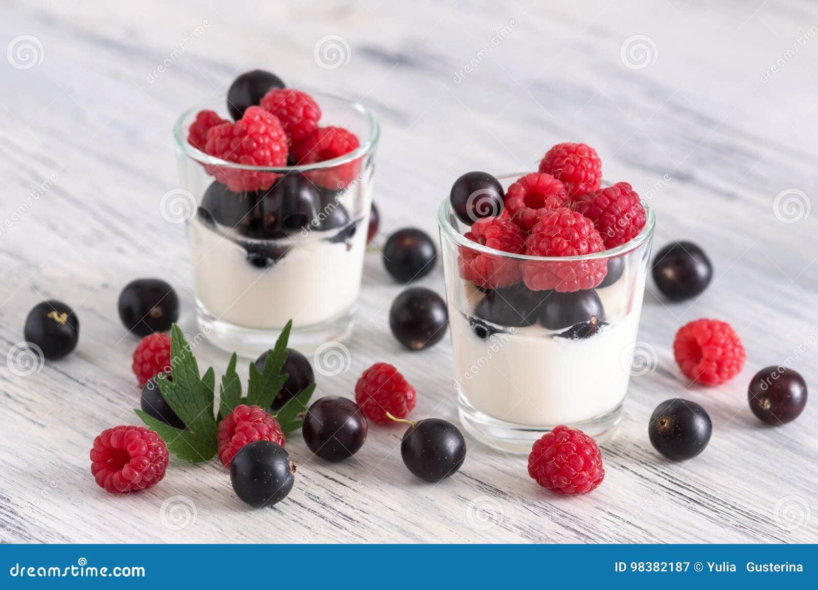 Югурт в стеклах с свежими ягодами Ягоды смородин и поленик