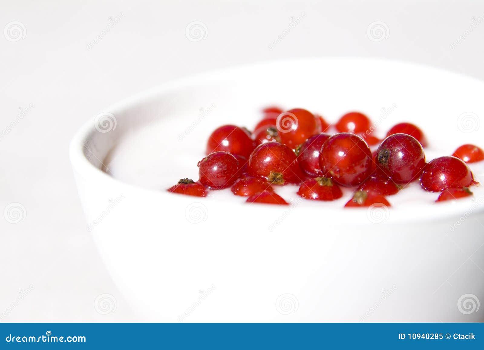 югурт красного цвета смородины